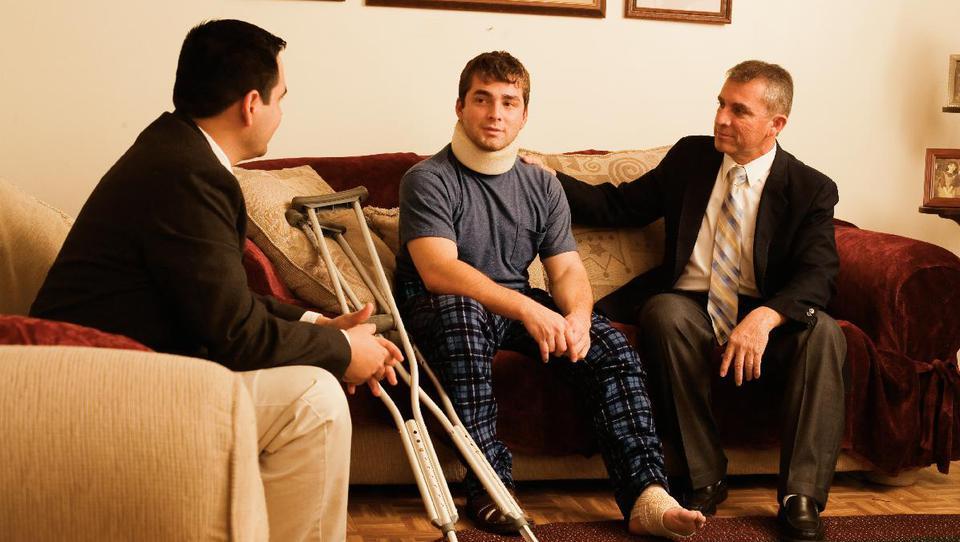 Ein Beispiel für reine Religion: Zwei Heimlehrer besuchen einen Bruder der Gemeinde, der einen Unfall hatte.